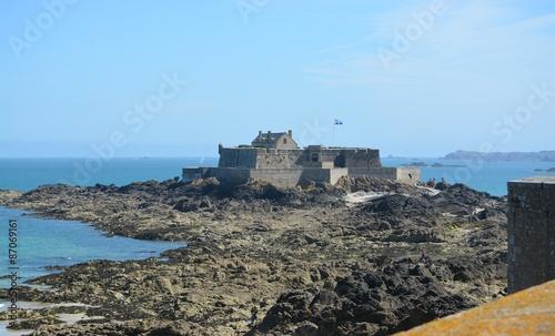 Fototapeta st malo,le fort national a maree basse.