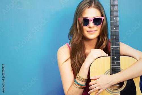 La pose en embrasure Magasin de musique 60s style photo of young hippe woman
