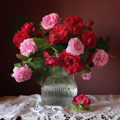 Obraz na PlexiКрасные и розовые розы в вазе. Натюрморт с букетом роз в кувшине.