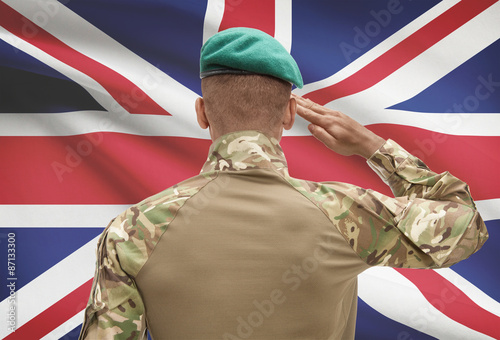 Photographie Dark-skinned soldier with flag on background - United Kingdom