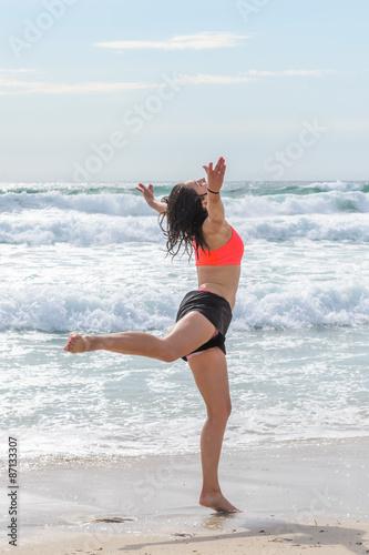 Plakat młoda kobieta skoki na tle morza