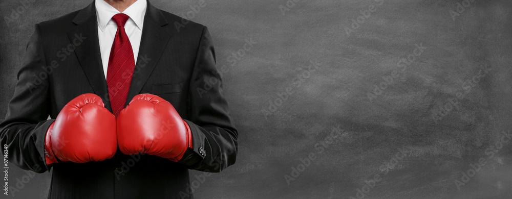 Fototapeta Mann im Anzug mit Boxhandschue