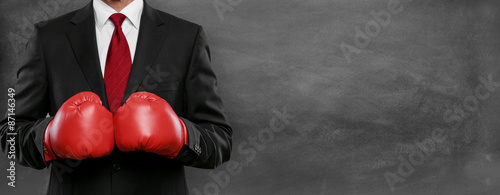 Mann im Anzug mit Boxhandschue Fototapete
