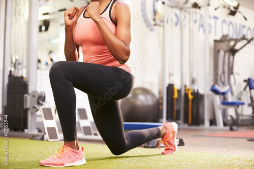 Canvas Print Woman doing lunges in a gym, crop