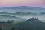 Różowy wschód słońca Belweder w Toskanii - 87169771