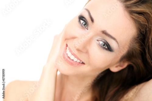 Obraz Roześmiana młoda dziewczyna.Portret uśmiechniętej pięknej, naturalnej kobiety. - fototapety do salonu
