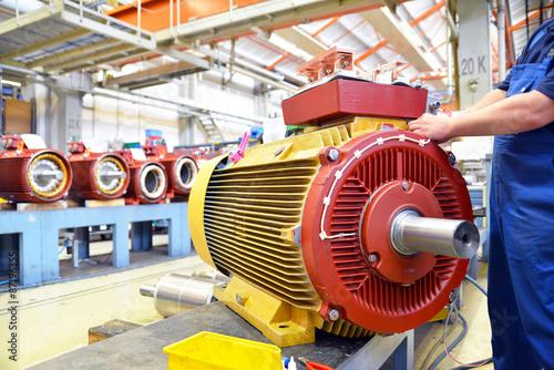 Tablou Canvas Maschinenbau, Arbeiter montiert Elektromotor in einer Fabrik // Engineering, wor