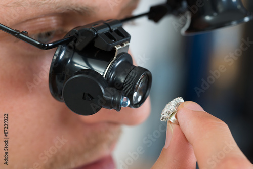 fototapeta na szkło Jubiler Szukam Pierścień z lupa