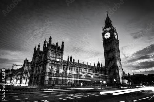 Fototapeta Czerwony autobus, Big Ben i Pałac Westminster w Londynie, w Wielkiej Brytanii. w nocy. Czarny i biały