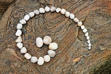 Esoterische Spirale Aus Weißen Kieselsteinen Auf Geädertem Felsen