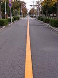 黄色いセンターラインのある道路