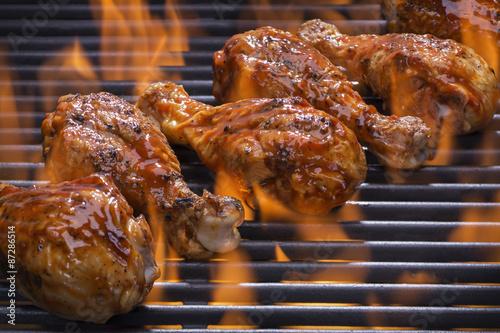 Fotografie, Obraz  Kuřecí stehýnka grilování přes plameny na grilu