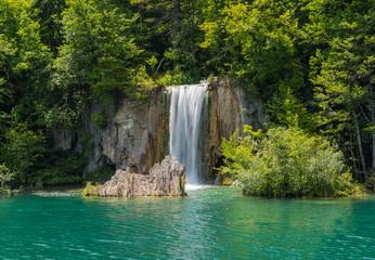Fototapeta na wymiar Beautiful waterfall in the Plitvice Lakes.