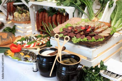 Fototapeta Catering, jedzenie, przekąski na przyjęciu weselnym. obraz