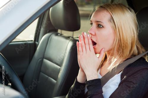 Fotografía  Joven rubia chica estudiante de pánico en un coche