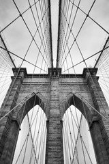 Panel Szklany Brooklyn Bridge New York City close up architectural detail in timeless black and white