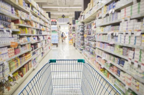 Fotomural Supermercado interior, vacío verde cesta de la compra