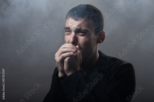 Photo  young man suffocating in the poisonous smoke