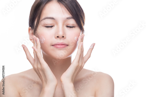 Fotografia  Asian woman applying cream