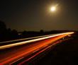 Autobahnverkehr unter Vollmond