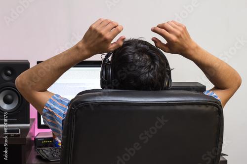 Fotografía joven sentado frente al computador