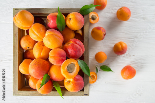 Fotomural Fresh apricots on wooden table, close-up.