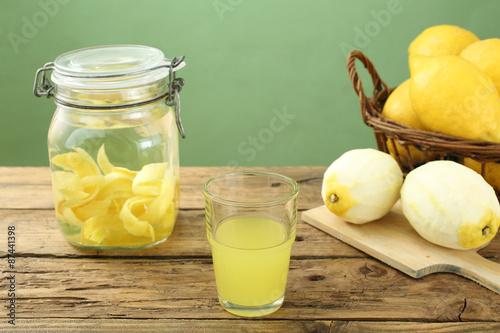 limoncello liquore di limone fatto in casa sfondo rustico Canvas Print