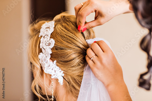 Obraz na plátně  Stylist makes wedding hairstyle