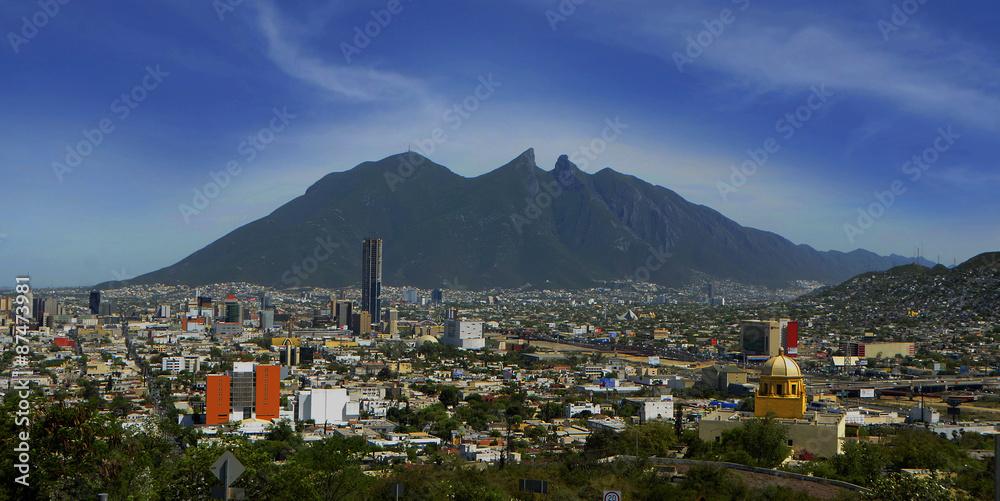 Fototapety, obrazy: Cerro de la Silla, emblema de la ciudad de Monterrey, Nuevo León. Visto desde el Cerro del Obispado, que ofrece una panorámica de la ciudad.