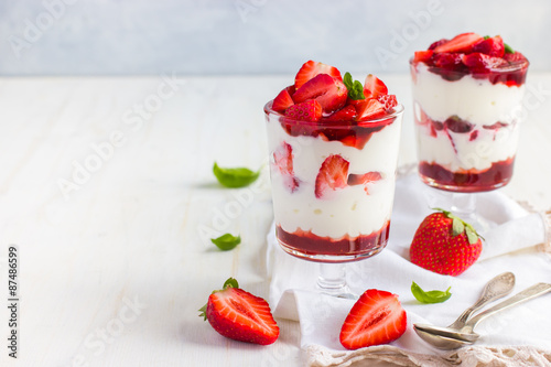 Photo  dessert with fresh strawberry,  cream cheese and strawberry  jam