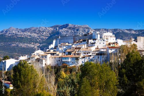 Kolory fototapet andaluzyjskie-miasto-w-zimowy-dzien-quesada