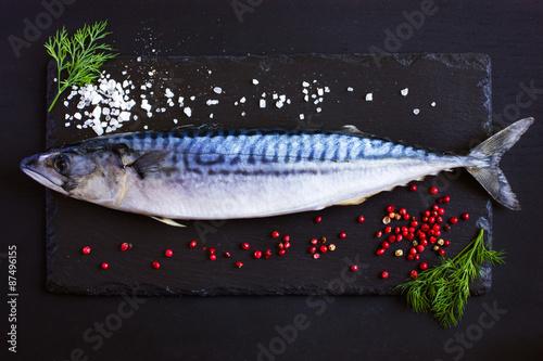 Photo fresh raw mackerel on black background