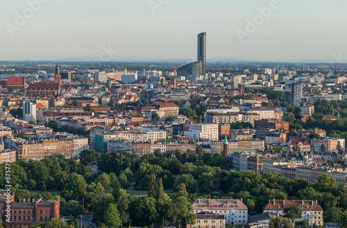 widok-na-piekne-miasto-wroclaw-z-wiezowcem-w-tle