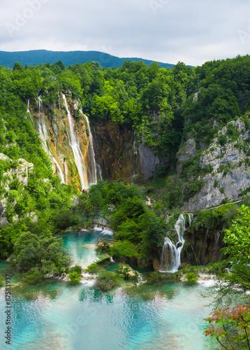 Kolory fototapet wodospad-w-gorskim-lesie