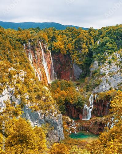 Kolory fototapet wodospad-w-jesien-las-gorski
