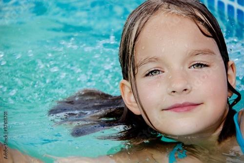 Dziewczynka w basenie - fototapety na wymiar