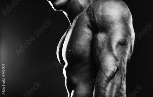 Bodybuilder showing his back and biceps muscles, personal fitnes Fototapete