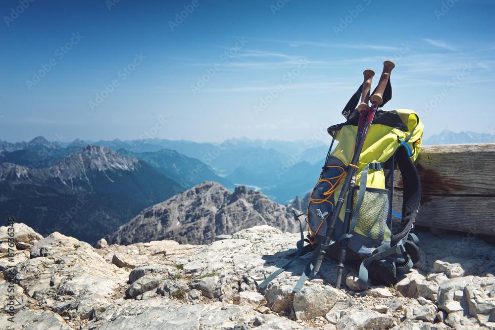 Fototapety, obrazy: Rucksack steht alleine auf einem Berggipfel