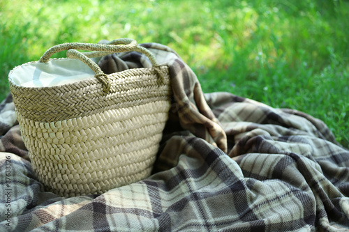Türaufkleber Picknick Wicker basket and Plaid for picnic on green grass
