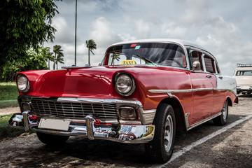 HDR Kuba Varadero roter Oldtimer parkt am Seitenrand