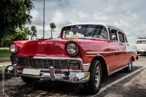 hdr-kuba-varadero-czerwony-samochod-zaparkowany-w-seitenra