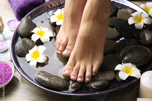 Foto op Plexiglas Female feet at spa pedicure procedure