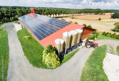Foto  Schweinemaststall mit großflächiger PV-Anlage, Luftbild