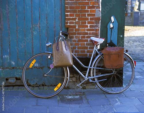 Stary rower i rysunek przedstawiający mniszkę