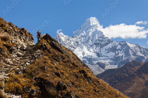 Photo  Woman backpacker standing in front Ama Dablam mountains.