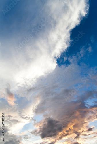 kolorowe-dramatyczne-niebo-z-chmura-o-zachodzie-slonca