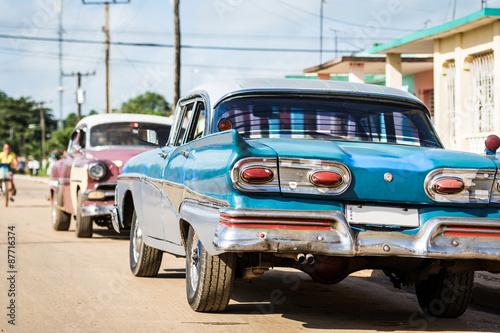 Poster Havana Kuba Havanna mehrere Oldtimer parken hinter einander