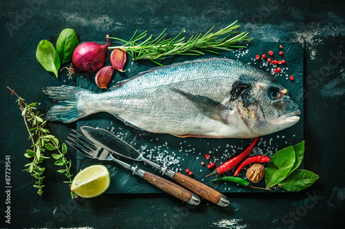 Spoed Foto op Canvas Vis Fresh Gilt-head bream with spices and seasoning