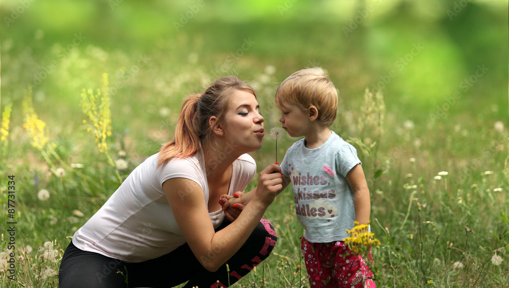 Fototapeta Młoda mama z córeczką na łące.