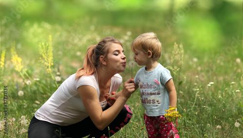 Fototapeta Młoda mama z córeczką na łące. obraz